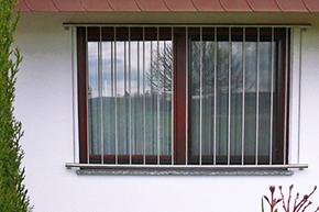 Fenstergitter Edelstahl, Montage auf der Außenwand - Modell Vertikalstab 2
