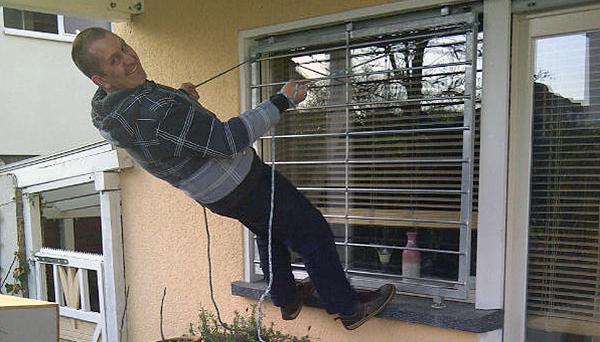 Das mobile Fenstergitter hält der Belastungsprobe stand