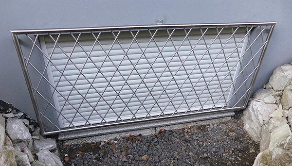 Fenstergitter Edelstahl, Montage auf der Außenwand - Modell Rauten