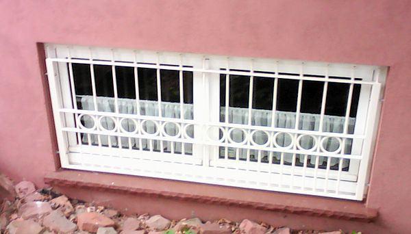 Kellerfenstergitter weiß pulverbeschichtet, Montage in der Laibung (Sonderbefestigung) - Modell Lyon