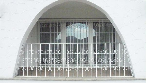 Fenstergitter weiß pulverbeschichtet, Montage auf der Außenwand - Modell Barock
