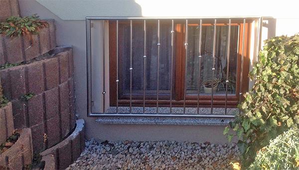 Fenstergitter Edelstahl, Montage auf der Außenwand - Modell V-Kugeln gedreht
