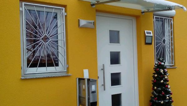 Fenstergitter Edelstahl, Montage in der Laibung - Modell Sonne Karo