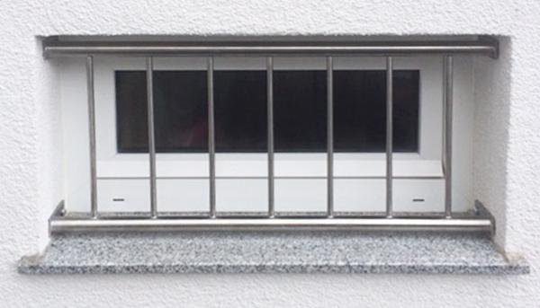 Fenstergitter Edelstahl , Montage in der Laibung - Modell Vertikalstab 2