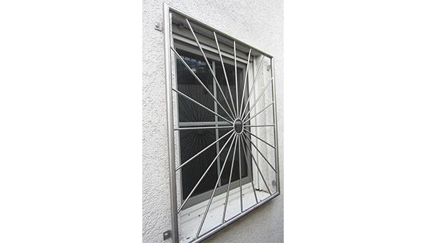 Fenstergitter Edelstahl, Montage auf der Außenwand - Modell Sonne Kreis