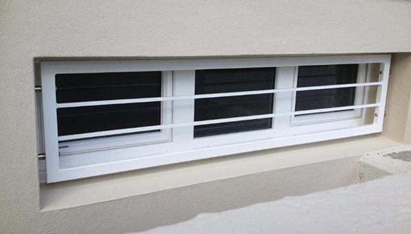 Kellerfenstergitter weiß pulverbeschichtet, Montage in der Laibung (Sonderbefestigung) - Modell Querstab