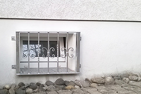 Kellerfenstergitter verzinkt, Montage auf der Außenwand