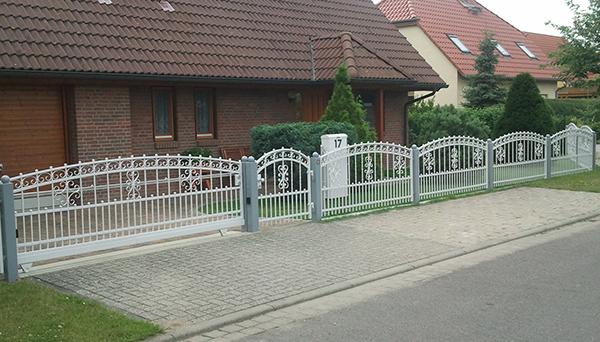 Gartenzaun verzinkt mit Gartentür, pulverbeschichtet weiß - Sonderanfertigung