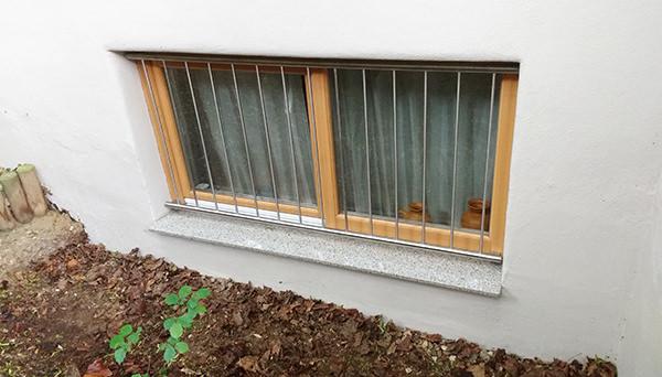 Fenstergitter Edelstahl, Montage auf dem Fensterrahmen - Modell Vertikalstab 2