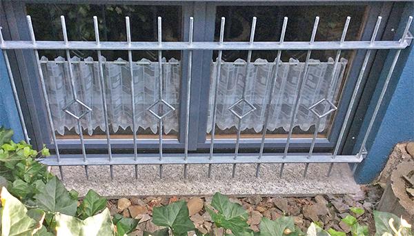 Fenstergitter verzinkt, Montage in der Laibung - Modell Karo Stab