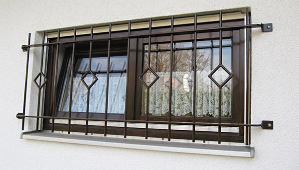 Fenstergitter braun pulverbeschichtet, Montage auf der Außenwand - Modell Karo Stab