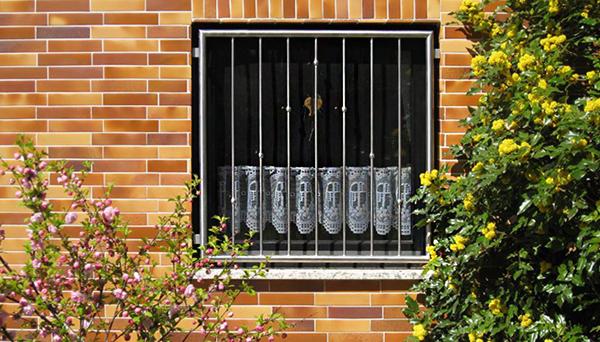 Fenstergitter Edelstahl, Montage in der Laibung - Modell V-Kugeln gedreht
