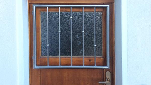Fenstergitter Edelstahl, Sonderanfertigung Befestigung - Modell V-Kugeln gedreht