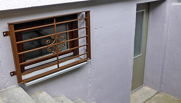 Kellerfenstergitter braun pulverbeschichtet, Montage auf der Außenwand - Modell Blume