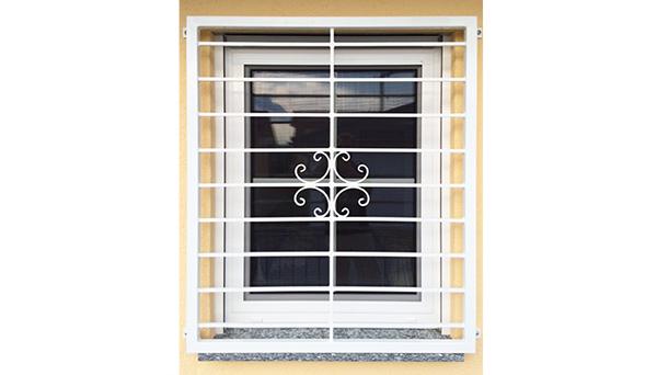 Fenstergitter weiß pulverbeschichtet, Montage auf der Außenwand - Modell Blume