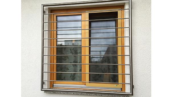 Fenstergitter Edelstahl, Montage auf der Außenwand - Modell Querstab