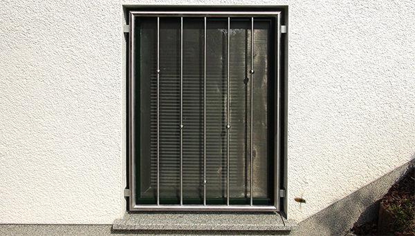 Fenstergitter Edelstahl , Montage in der Laibung - Modell V-Kugeln