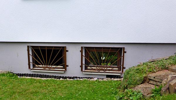 Kellerfenstergitter braun pulverbeschichtet, Montage auf der Außenwand - Modell Sonne