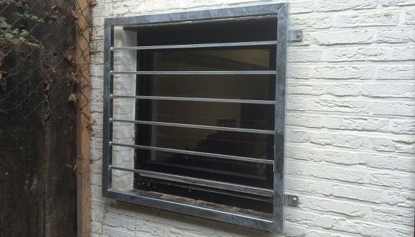 Fenstergitter verzinkt, Montage auf der Außenwand - Modell Querstab