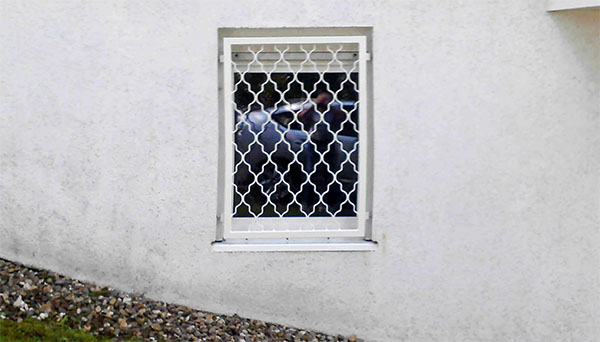Fenstergitter weiß pulverbeschichtet, Montage in der Laibung - Modell Rauten Classic