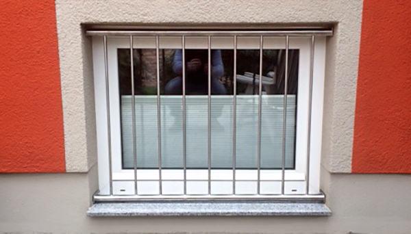 Fenstergitter Edelstahl, Montage in der Laibung - Modell Vertikalstab 2