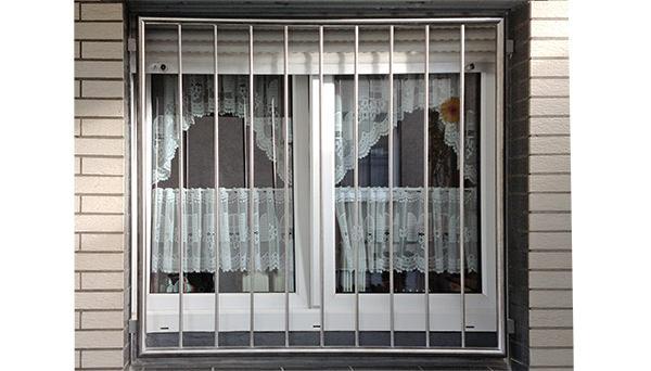 Fenstergitter Edelstahl, Montage in der Laibung - Modell Vertikalstab 1