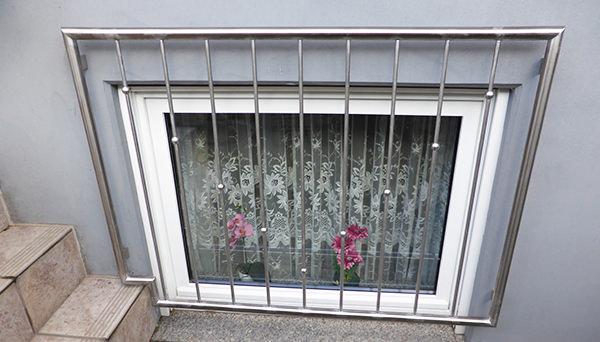 Fenstergitter Edelstahl, Montage auf der Außenwand - Modell V-Kugeln Sonderanfertigung