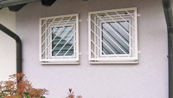 Fenstergitter weiß pulverbeschichtet, Montage auf der Außenwand - Modell Diagonalstab