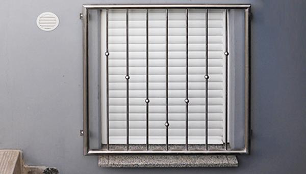 Fenstergitter Edelstahl, Montage auf der Außenwand - Modell V-Kugeln