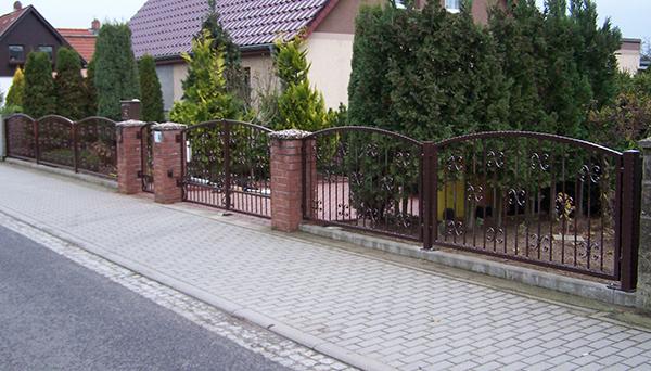 Gartenzaun verzinkt mit Gartentür, braun pulverbeschichtet - Sonderanfertigung