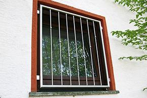 Fenstergitter Edelstahl, Montage in der Laibung - Modell V-Kugeln