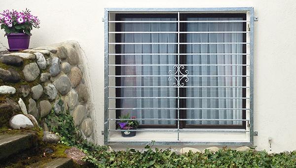 Fenstergitter verzinkt, Montage auf der Außenwand - Modell Blume