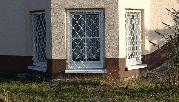 Mobiles Fenstergitter weiß pulverbeschichtet - Modell Rauten