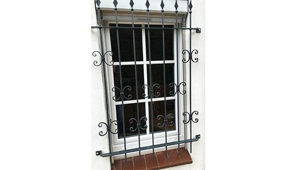 Fenstergitter schwarz pulverbeschichtet, Montage auf der Außenwand - Modell Schwarzwald