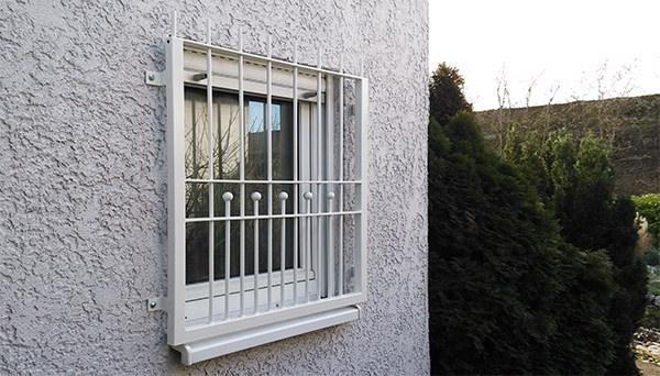 Fenstergitter weiß pulverbeschichtet, Montage auf der Außenwand - Modell Berlin