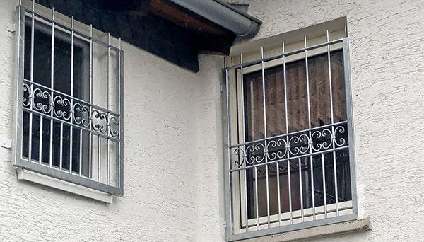 Fenstergitter verzinkt, links Montage auf der Außenwand und rechts Montage in der Laibung - Modell Bordeaux